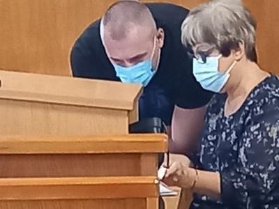 Венцеслав Караджов се съветва със своя адвокат Зоя Тошкова
