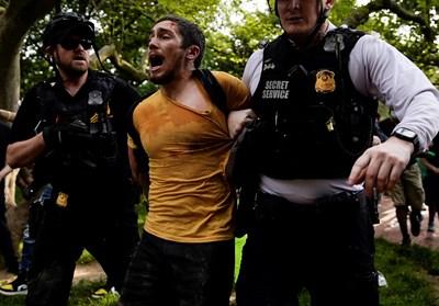 Полицията в американския град Минеаполис арестува около 50 участници в продължаващите протести след смъртта на афроамериканеца Джордж Флойд СНИМКИ: Ройтерс