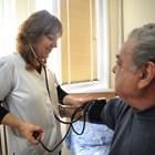 Освен да преглеждат вкъщи, лекарите ще следят и дали възрастните пациенти си пият лекарствата.