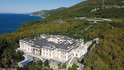 Видеото показа игрални зали, спални, бани, стриптийз клуб и лукса в двореца на Путин.  СНИМКИ: NAVALNY.COM