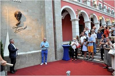 На фасадата на камерната зала в пловдивския театър, която носи името на Стефан Данаилов, бе открит негов барелеф.
