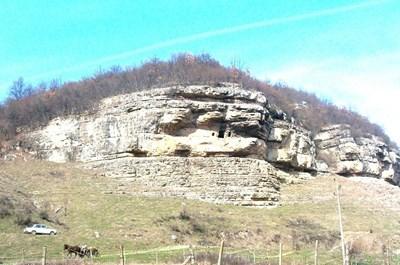 Скалният манастир край поповското село Крепча.