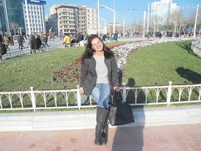 Десислава Стоянова била лъчезарен и дисциплиниран човек. Съседите и? в Карлово не са я виждали от месец. Дезертьорство от армията, убийство или самоубийство разследват Военната прокуратура и Военната полиция.