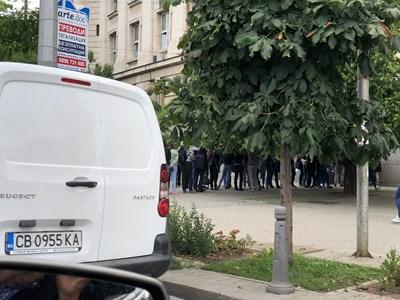 Опашки от кандидат-студенти се извиха около Софийския университет, където от седмица тече записване за участие в класиране. Само вчера в ректората документи са подали над 600 души.