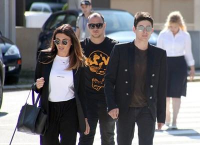 Вълчо Арабаджиев (вдясно) върви към апелативния спецсъд със сестра си Александра, преди да бъде върнат зад решетките. СНИМКА: Румяна Тонeва