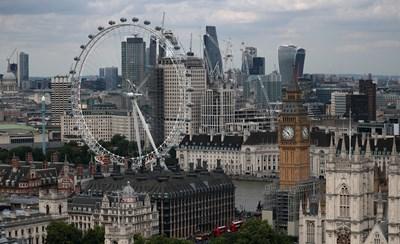 Снимка с английски вестник от деня пред часовниковата кула Биг Бен, един от символите на Лондон, може да послужи като доказателство, че сте били в страната преди края на тази година.