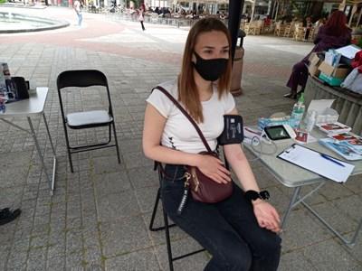 20-годишнията студентка  Нина Луканова е в отлично здравe, но не пропусна да си измери кръвното