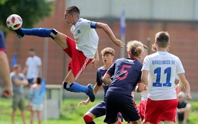 Емануел Мирчев овладява атрактивно топката с капитанската лента на ръката.