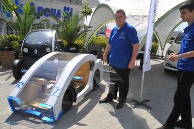 Учениците от мехонатехникума се гордеят с характеристиките и ефектния дизайн на колата.