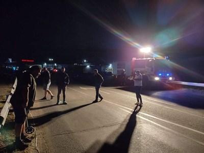 """Кастрофата  с тира е станала на ул.""""Хаджи Димитър"""" в Айтос. След удара с лек автомобил  камионът се е преобърнал в градска градинка. Снимка:24 часа"""