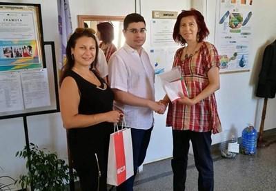 Млади социалисти подариха знаме на всяко училище в Търново
