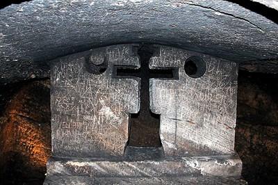 Тайната стая под пода на единствената напълно запазена богомилска църква в катакомбите на град Яйце в Босна