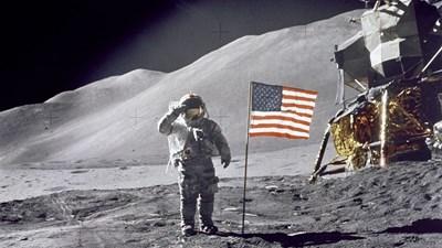 Нийл Армстронг козирува на американското знаме при кацането си на Луната.
