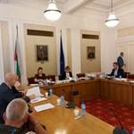 Шефката на парламента Ива Митева и председателката на комисията за промени в правилника Виктория Василева (в средата) на заседанието