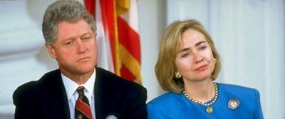 Президентът Бил Клинтън и съпругата му Хилари през 1994 г. Ако във вторник американците я подкрепят, те ще са първите съпрузи президенти.
