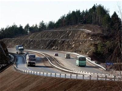 """Според министър Лиляна Павлова магистрала """"Струма"""" се бавела заради археолози. Те обаче отричат причината да е в тях, те дори искали да работят в съкратени срокове. СНИМКА: """"24 ЧАСА"""""""