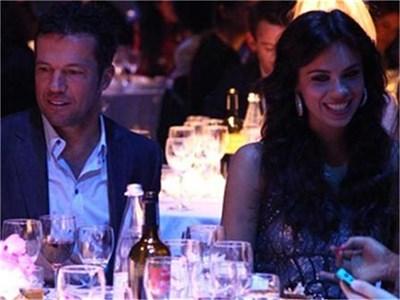 Украинката Лиляна е широко усмихната в компанията на българския национален селекционер Лотар Матеус по време на вечерята в баровски ресторант в Милано.