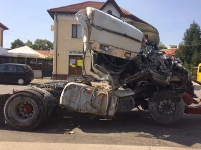Гръцка цистерна с течен сапун се вряза в къща във Врачанско, двама пострадаха
