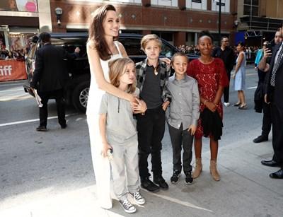 Джоли с децата си Вивиан, Шайло, Нокс и Захара.