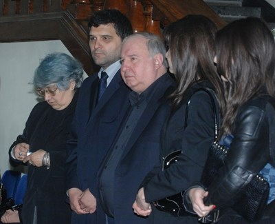 Владимир Живков (в средата) с Тодор Славков (вляво от него) и роднини на погребението на Иван Славков през 2011 г.