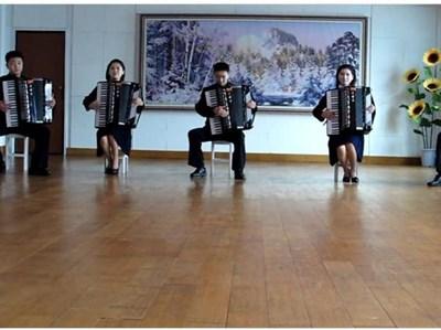 """Петимата севернокорейци изпълняват хита на норвежката банда """"А-ха"""". СНИМКА: YOUTUBE"""