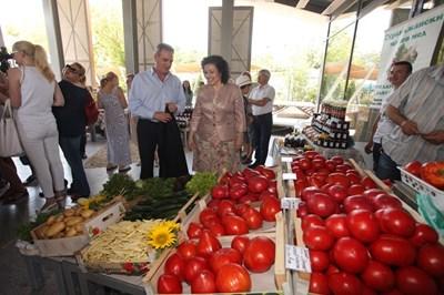 На първия фермерски пазар, който бе на 4 юли в Бургас, участваха с чисти храни местни производители на зеленчуци и плодове, биопроизводители от различни райони на страната, фермери с млечни и месни продукти, пчелари.