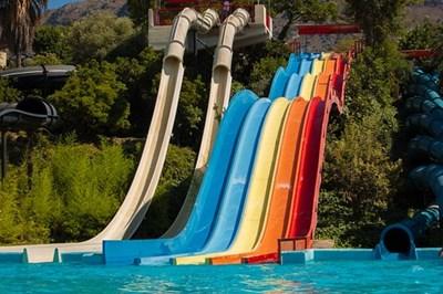 Децата с дълги коси аут от водните пързалки