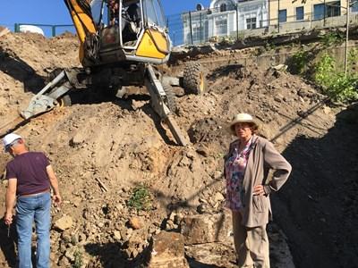 Археоложката Елена Кесякова е на седмото небе след появата на надписа СНИМКА: Радко Паунов