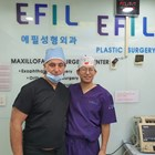 """Д-р Питър Ким (вдясно) консултира болни в УМБАЛ """"Пловдив"""""""