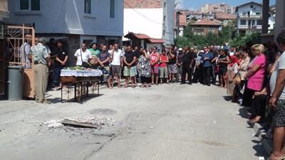 """На погребението на Малин Илиев присъства и лидерът на """"Евророма"""" Цветелин Кънчев. СНИМКА: Антоанета Маскръчка"""
