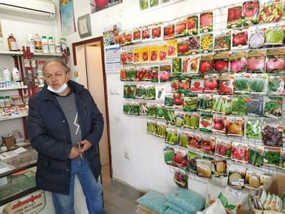 Агрономът Борислав Борисов в празния си магазин за семена на пазара в Граф Игнатиево. Снимки: Радко Паунов