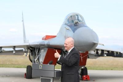 Засега България и САЩ преговарят само за модернизацията на ВВС, стана ясно при посещението на помощник държавния секретар Кларк Купър в Граф Игнатиево.