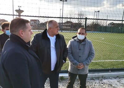 Кметът на Раковски Павел Гуджеров (вляво) и депутатът Младен Шишков показаха на премиера Борисов новия спортен комплекс в града. Снимка: Министерски съвет