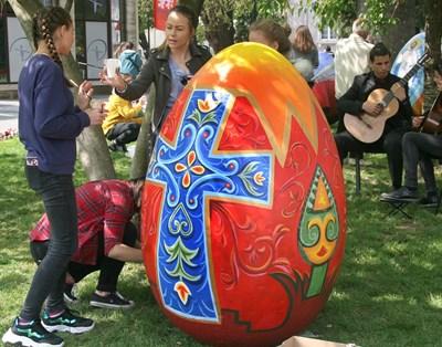 Докато учениците рисуват, техни връстници свирят на китари. Снимки: Евгени Цветков