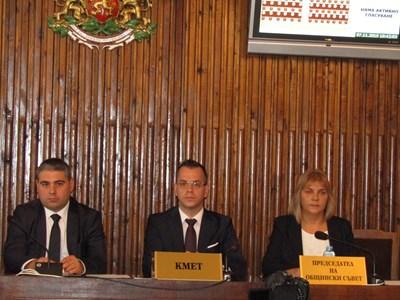 Областният управител Красимир Кирилов, кметът на Добрич Йордан Йорданов и председателят на Общинския съвет Мая Димитрово СНИМКА: Авторката