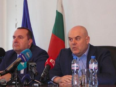 Главният прокурор Иван Гешев и окръжният прокурор Десислав Начков(вляво) на пресконференцията във Враца. Снимка на автора.