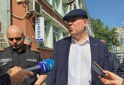 Главният прокурор Иван Гешев и главният секретар на МВР Ивайло Иванов (вляво) пристигнаха в харманлийското село Браница заради престъплението.