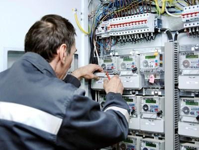 """Техник на енергото проверява електромери СНИМКА: Снимка: """"24 Часа"""""""
