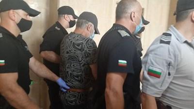Водят Рагевски към съдебната зала. Снимки и видео Авторката