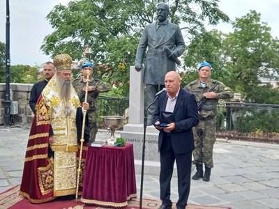 Митрополит Николай и Стефан Шивачев пред  новооткрития паметник на Гаврил Кръстевич.