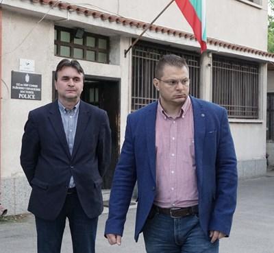 Ст. комисар Николай Спасов (вдясно) и Петър Ценев, шеф на РУ Костенец дадоха брифинга за убийството на Милена Шишкова в Костенец. Снимки и видео: ДЕСИСЛАВА КУЛЕЛИЕВА