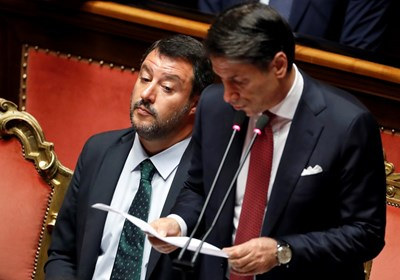 Джузепе Конте говори в Сената, а Матео Салвини го слуша с каменно лице. СНИМКА: РОЙТЕРС