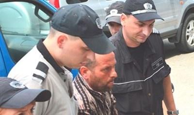 Динко Вълчев влиза с белезници в съда.  СНИМКИ: ЕЛЕНА ФОТЕВА