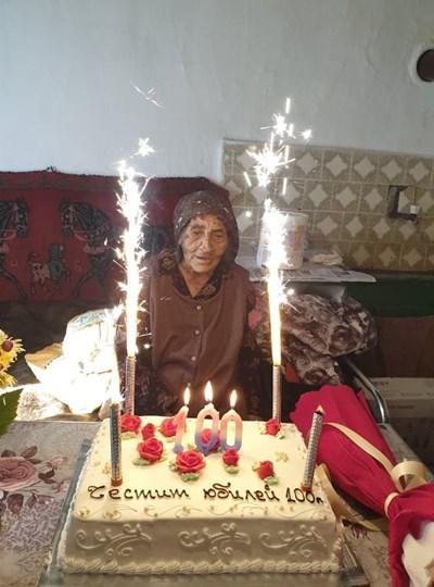 Баба Невяна с празничната торта