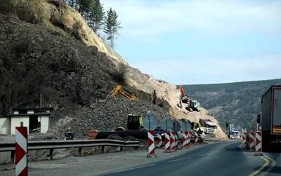"""Магистрала """"Европа"""" се строи и в двете посоки в най-трудния участък от границата със Сърбия до Драгоман."""
