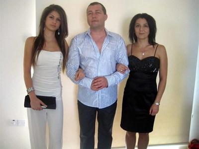 СНИМКА: АРХИВ  Ади (вляво) с родителите си.