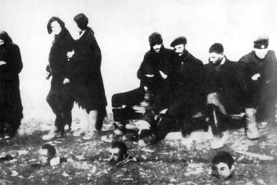 """Отрязани глави на партизани от отряд """"Антон Иванов"""". Отзад са арестувани техни другари, които чакат да бъдат разстреляни..."""