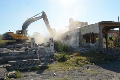 """Акцията по събарянето на 97 незаконни къщи в циганския квартал на Стара Загора """"Лозенец"""" започна в 9 часа във вторник и ще продължи 3 дни. СНИМКИ: Ваньо Стоилов"""