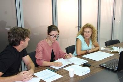 """В съвместната работна група за стратегическо планиране и програмиране, участваха заместник-министърът на регионалното развитие и благоустройството Деница Николова, експерти от Министерството на благоустройството, развитието и администрацията на Румъния, представители на Главна дирекция """"Регионална политика"""" на Европейската комисия и др. Снимки: МРРБ"""