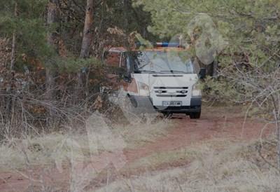 Линейката, която откарва трупа на Кети в съдебна медицина. По пътя зад нея се стига до кладенеца, където бе намерен трупът, но районът е отцепен от полицията СНИМКИ: Десислава Кулелиева СНИМКА: 24 часа